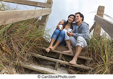 femme, romantique coupler, étapes, asiatique, plage, homme