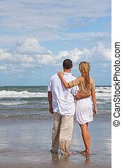 femme, romantique coupler, homme, plage, vue postérieure