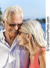 femme, romantique coupler, rire, homme aîné, heureux