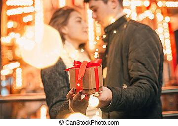 femme, romantique, elle, cadeau, reçoit, surprise, noël, petit ami