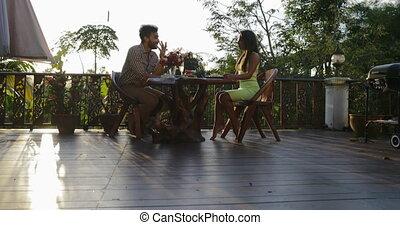 femme, romantique, séance, couple, boisson, dîner, conversation, terrasse, séduisant, dehors, date, table, restaurant, champagne, avoir, homme