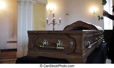 femme, rose, obseque, triste, mettre, cercueil, rouges