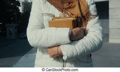 femme, rue, livre, tenue