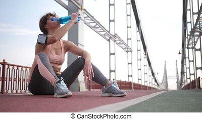 femme, séance entraînement, après, eau, roux, personne agee, boire