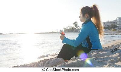 femme, séance entraînement, après, jeune, eau, boire, sport, plage, vêtements