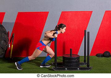 femme, séance entraînement, pousser, traîneau, poids, poussée, exercice