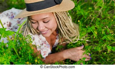 femme, séduisant, mensonge, sourire, jeune, herbe