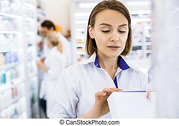 femme, sérieux, pharmacien, étudier, composition, drug.