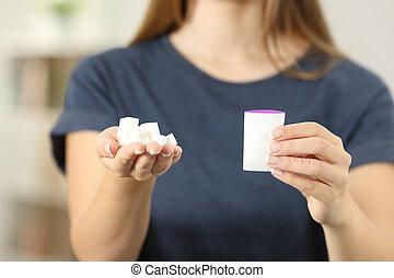 femme, saccharine, cubes sucre, tenant mains
