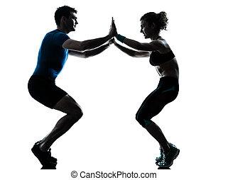 femme, s'accroupit, séance entraînement, exercisme, fitness, homme