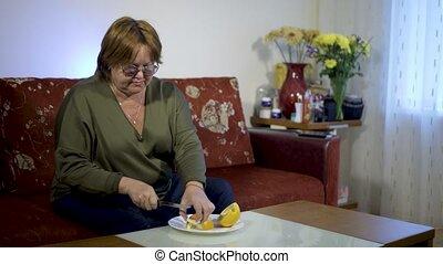 femme, sain, âge, mange, fruit, nourriture, concept, couch., maison