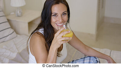 femme, sain, jeune, jus, orange, sourire, boire