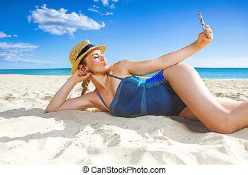 femme, sain, prendre, smartphone, plage, selfie