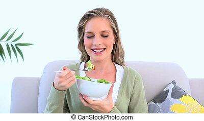 femme saine, manger, salade