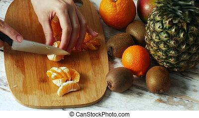femme, salade, haut, fruit, 4k, mains, fin, confection
