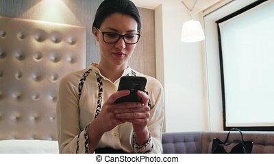 femme, salle, business, femme affaires, hôtel, téléphone, utilisation, voyage