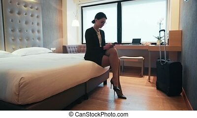 femme, salle, business, femme affaires, voyage, hôtel, jeune, smartphone