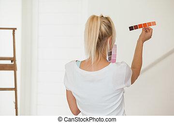 femme, salle, couleur, choisir, peinture, vue postérieure