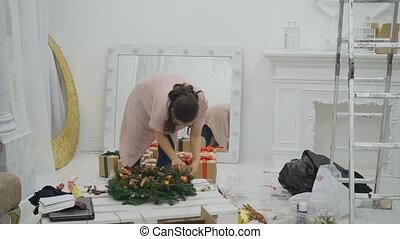 femme, salle, fonctionnement, wreath., décorer, noël blanc