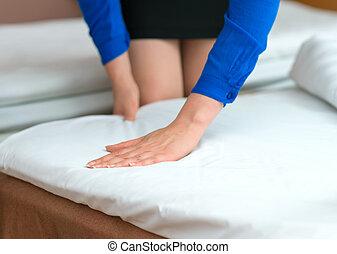 femme, salle, room., hôtel, fabrication lit, service.