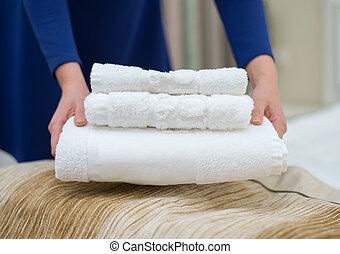 femme, salle, room., hôtel, serviettes, changer, service.