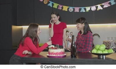 femme, salutation, téléphone, fêtede l'anniversaire, maison
