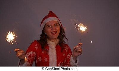 femme, santa, manteau, claus, jeune, noël, tenue, année, sparkler, nouveau, chapeau, ou, rouges