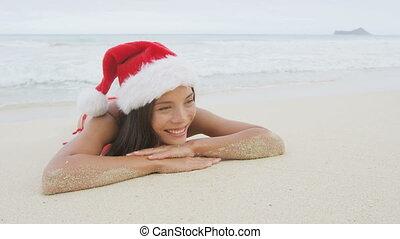 femme, santa, noël, plage, bikini, chapeau