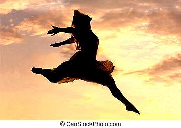 femme, saut, à, coucher soleil