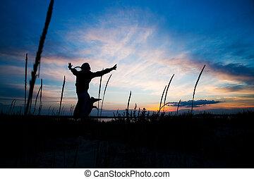femme, sauter, à, les, coucher soleil