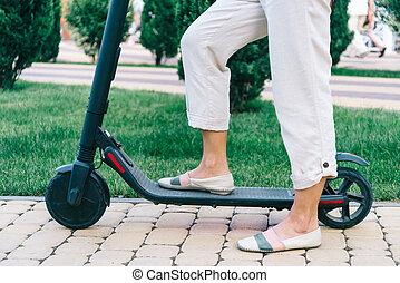 femme, scooter électrique, parc, legs., équitation, vue