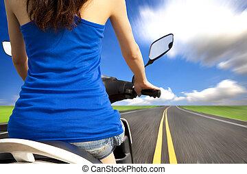 femme, scooter, mince, élevé, équitation, vitesse, route