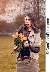 femme, season., bouquet, jeune, automne, roses, portrait