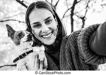 femme, selfie, jeune, chien, automne, dehors, confection, sourire