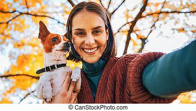 femme, selfie, jeune, chien, automne, dehors, portrait, sourire, confection