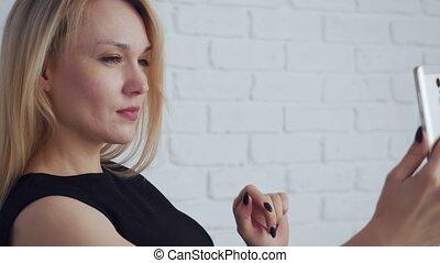 femme, selfie, photo., noir, séduisant, joli, confection, robe