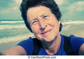 femme, selfie, portait, personne agee, plage, heureux