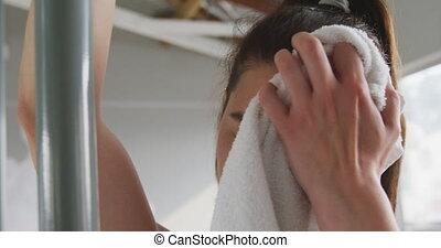 femme, serviette, caucasien, essuyer