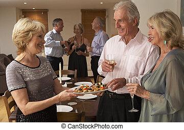 femme, servir, oeuvres hors, à, elle, invités, à, a, dîner