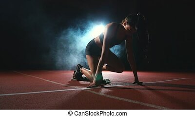 femme, short, athlète, jeune, t-shirt, début, course, mètres, préparer, tapis roulant, noir, 100, ligne