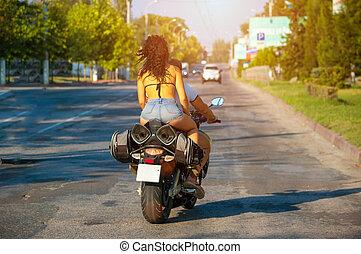 femme, short, motocyclette, équitation, vue postérieure