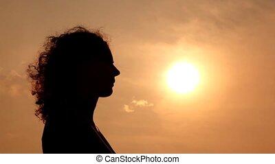 femme, silhouette, ciel, contre, cheveux, rajuster, mains
