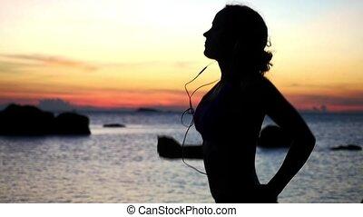 femme, silhouette, headphones., athlétique, motion., jeune, lent, coucher soleil, course, apprécier, plage, 1920x1080