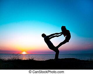 femme, silhouette, nature, pratiquer, séance entraînement, yoga., jeune, arrière-plan., flexibilité, meditation., mer, paire, yoga, couple, sunset., plage, acro, homme