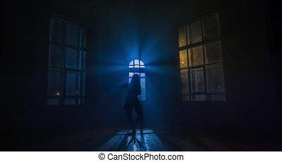 femme, silhouette, penetrates, clair lune, danses, par, fenêtre., gracieux