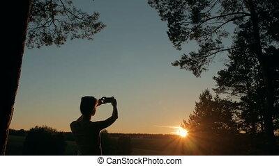 femme, silhouette, photo, prendre, smartphone, coucher soleil