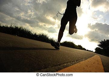 femme, silhouette, road., coureur, wellness, athlète, bord mer, courant, jogging, fitness, séance entraînement, concept., levers de soleil