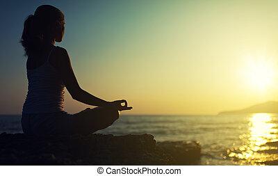 femme, silhouette, séance, lotus, coucher soleil, position, outdoors., yoga, plage