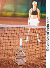 femme, silhouette, tennis, jeune, brouillé, cour argile, vue