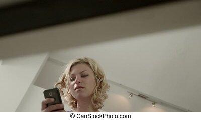 femme, smartphone, jeune, heureux